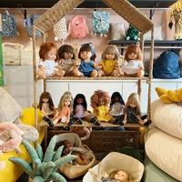 On vous attend au Ouimum's !  💚 Votre enfant aura l'embarras du choix parmi toutes les jolies poupées Paola Reyna @minikane_for_kids !  💛 Les poupées Paola Reyna sont disposés sur une maison rotin @bloomingville.  💙 En fond, les jolis sac à dos de la marque danoise @kongessloejd !  💜 Au sol, la jolie peluche cactus @jellycat_official !  -------  ❤️ Le Ouimum's est ouvert du lundi au samedi de 10h à 19h.  ❤️ Infos, renseignements drive ou listes de naissance : 04 86 12 84 03   ❤️ Et si vous ne pouvez pas venir au magasin, retrouvez l'ensemble de nos produits en ligne sur www.ouimums.com.  #futuremaman #viedemaman #enceinte #jeunemaman #mumlife #famille #love #marseille #mamanmarseille