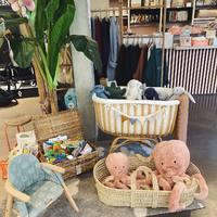 Berceau en bambou que vous aimez tant !! Et vous présenter la nouvelle petite chaise de chez @nobodinoz qu'on adore... C'est une chaise haute qui devient chaise basse 😍  Également beaucoup de peluches et livres d'éveils !!   Au Ouimum´s vous pouvez faire vos listes de naissances www.ouimums.com et nous appeler pour prendre rdv !! 0486128403   Magasin ouvert du Lundi au Samedi de 9h30 à 17h30 🥰  Belle soirée 😘