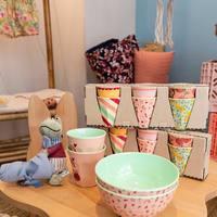 Vaisselle colorée et printanière de chez @ricedk, posée sur la nouvelle table nuage @boogy_woody en hêtre.  🥰  Elle est accompagnée de la chaise lapin 🐰  #vaisselle #rice #printemps #ouimumslaboutique #ouimums #kids #conceptstore #kidsstore #petitetable #boogywoody #bois   Belle soirée !! 🤗 Ouvert demain comme le reste de la semaine 10h 17h 🥰 pour vous accueillir pour vos essentiels puériculture (poussettes, mobilier, transats, chaises hautes ... ) et vêtements de moins de 3 ans. Le samedi sur rdv uniquement 🙏🏻🤗  Infos, renseignements drive ou listes de naissances 0486128403 😻  Crédit photo @solanum_photographistes ♥️